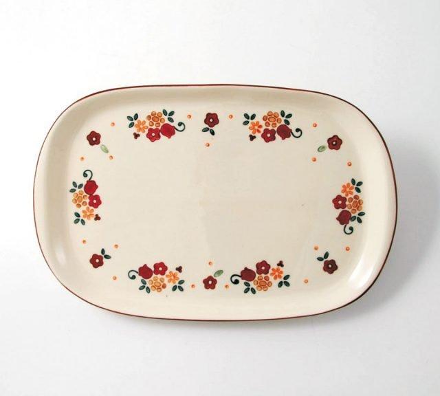 """Memorie di campagna di Wald è il vassoio per la tavola dell'estate che ha una forma rettangolare con i bordi arrotondati. É realizzato in ceramica Kergrès® decorata a mano sottosmalto con un delicato motivo floreale su fondo chiaro; è lavabile in lavastoviglie. Misura L 33 x P 21 cm. Prezzo 45,50 euro. w HYPERLINK """"http://Www.wald.it/""""ww.wald.it"""