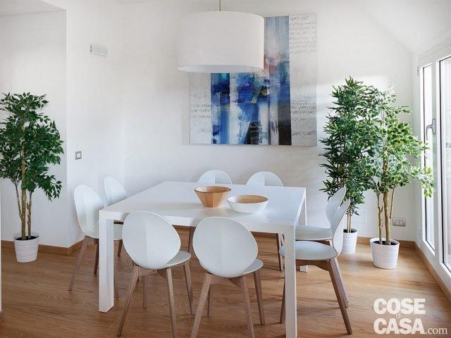 Cucina a vista sul soggiorno nel sottotetto con terrazzi a for Divano tondeggiante