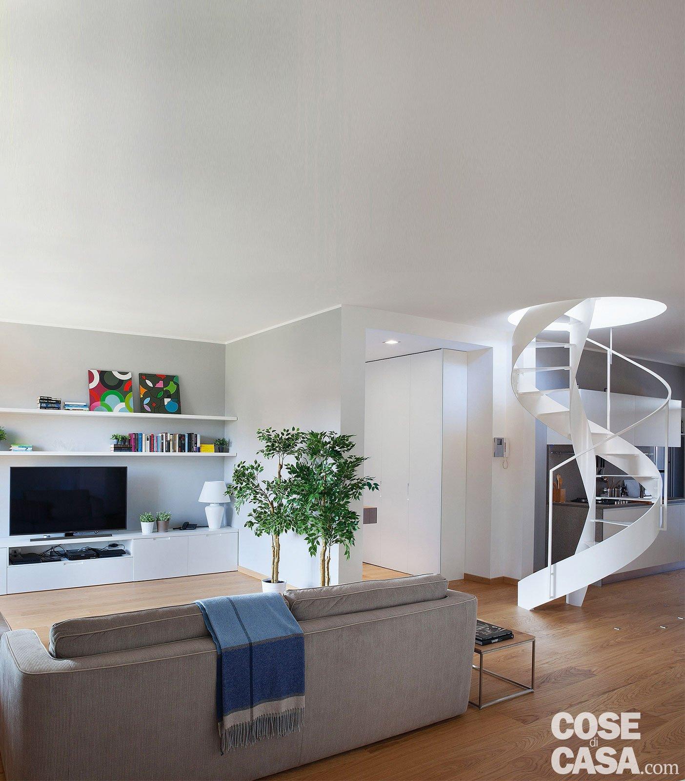 Cucina a vista sul soggiorno nel sottotetto con terrazzi a for Foto di cucina e soggiorno a pianta aperta