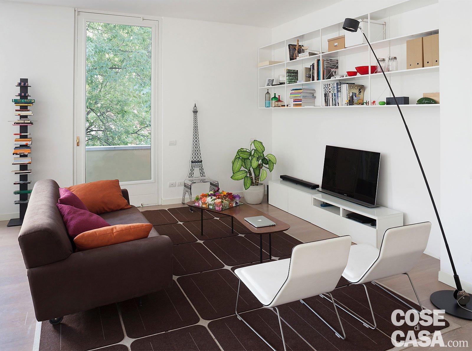 Una casa con il soggiorno open space che diventa pi - Divano di fronte alla porta d ingresso ...