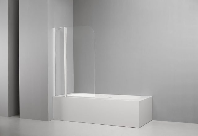 L'anta sopravasca Fred di Iperceramica è realizzata in cristallo trasparente con spessore 6 mm. Con un'altezza di 150 cm è disponibile in larghezze da 94/96 a 104/106 cm. Prezzo del modello più piccolo 399,90 euro. www.iperceramica.it