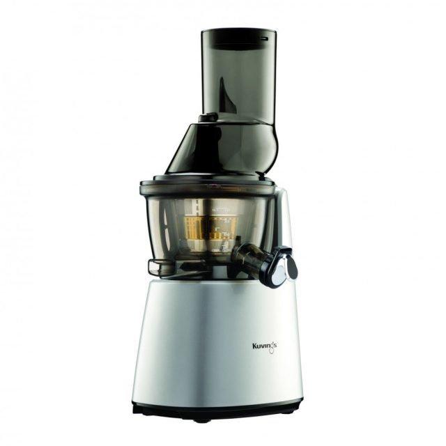 Whole Juicer C9500 KVG C9500 di Kuvings è un estrattore di succo silenzioso e con premitura a bassa velocità 50 giri/minuto; è dotato di bocca larga per permettere l'inserimento di frutti interi, senza noccioli. Voltaggio: AC 220-240 V e potenza: 240W.Misura 22,8 x 20,8 x 44,6 cm e pesa 6,4 kg. Prezzo 499 euro. Kuvings è distribuito da KÜNZI S.p.A. www.kunzi.it