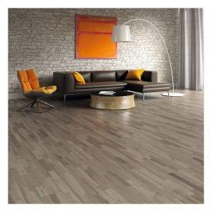 Parquet supportato prefinito frassino grigio 3S. Adatto per tutti gli ambienti ad esclusione di bagno e cucina. Idoneo in presenza di riscaldamento a pavimento. Il frassino è un legno molto duro particolarmente resistente agli urti.