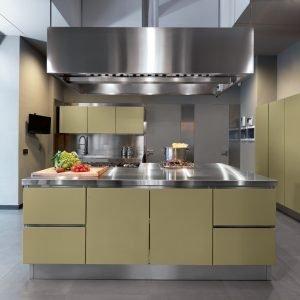 Cucina colorata 10 modelli supervivaci e moderni o sobri - Parete colorata cucina ...