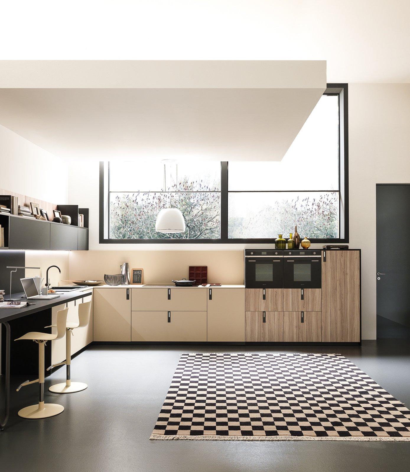 La cucina sotto la finestra 12 composizioni cui ispirarsi for Bancone con angolo
