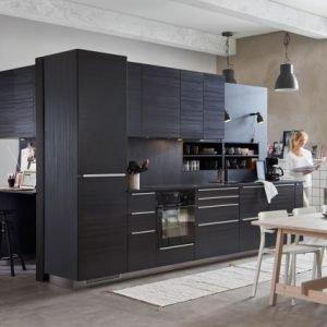Metod/Tingsryd di Ikea Italia è la cucina componibile in lamina melaminica effetto legno nero che permette di organizzare anche un angolo ufficio coordinato. I cassetti Maximera in acciaio sono dotati di un ammortizzatore integrato; il piano di lavoro è in laminato nero con bordo nero. La cucina è garantita venticinque anni. La composizione in foto prezzo 3.268 euro (inclusi sei elettrodomestici). www.ikea.com