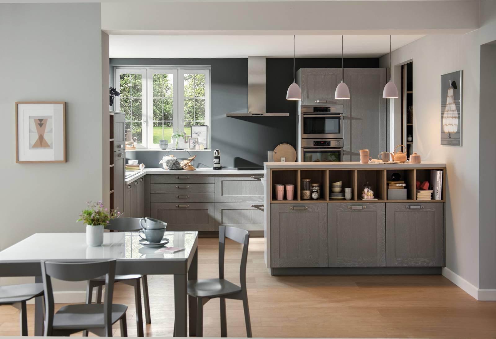 La cucina sotto la finestra: 12 composizioni cui ispirarsi