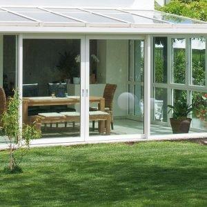 La veranda di Finstral (www.finstral.com) è realizzata con profili in pvc con rinforzi in acciaio, rivestibile in alluminio con colore a scelta. I vetri sono basso-emissivi per assicurare in qualsiasi stagione la temperatura ideale, contribuire al risparmio energetico e isolare dal rumore esterno.