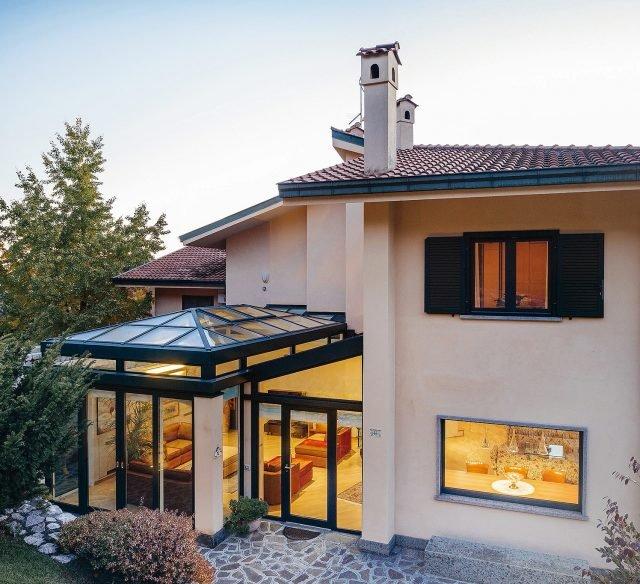 È di Schüco la veranda costituita da finestre in copertura AWS 57 RO, azionabili manualmente o tramite motorizzazione, e profili in alluminio FW 60+ fino a 60 mm. Il raccordo complanare con il vetro isolante a lastre sfalsate favorisce il deflusso dell'acqua. www.schueco.com