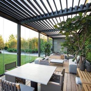 Slide Glass di Pratic è un sistema scorrevole parallelo con pannelli vetrati temperati, su guide in alluminio, che rendono sfruttabile le pergole bioclimatiche come giardini d'inverno. È proposto nei colori bianco, avorio, grigio, grigio ferro e corten, e nelle tinte della gamma Ral.