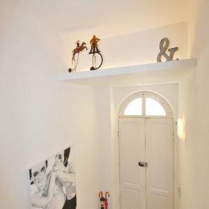 Ingresso al piano terra con oggetti di modernariato e opera (olio su tela) di Simone Fazio.
