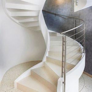 Può raggiungere un diametro esterno fino a 300 cm la scala in cemento armato Eli Ca 09 di Rizzi Scale Elicoidali (www.rizziscale.it), prefabbricata e autoportante. Prezzo su preventivo.