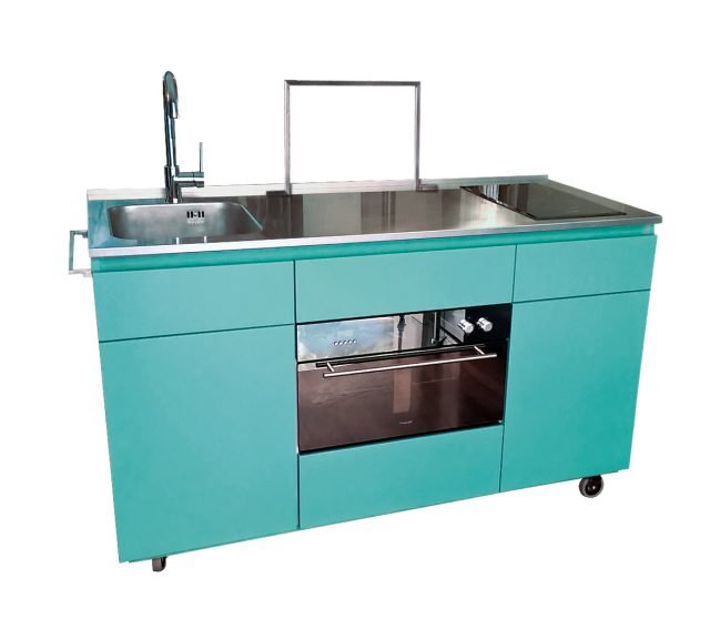 SU RUOTE: La mini cucina per outdoor Giorgi-na, disegnata da Giorgio Gamberini per Steellart, è perfetta per uno showcooking tra amici o per cene in terrazzo. Ha il piano in acciaio attrezzato con  miscelatore, vasca, piano a induzione, forno elettrico e cassetti. Disponibile in finitura vintage color Tiffany o in molti altri colori. Funziona elettricamente su ruote. Misura L 150 xP 65 X H 92 cm. Prezzo 7.000 euro. www.steellart.it