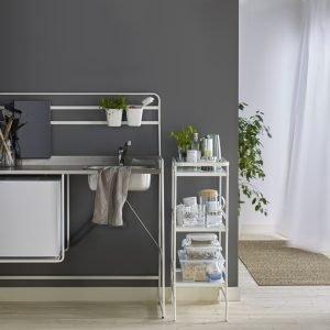 FREESTANDING PER ECCELLENZA: Struttura Sunnersta di Ikea è una mini cucina freestanding con tutte funzioni necessarie anche se occupa poco spazio: un piano lavoro, un lavello, un frigorifero e un piano cottura. La struttura si attrezza con contenitori, cassetti o altro. Misura L 112x P 56 x H 139 cm. Prezzo della struttura 99 euro. www.ikea.com