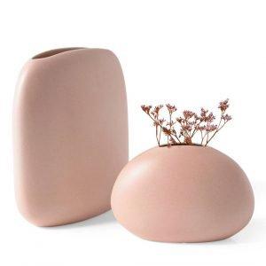 La finitura matt - rosa chiaro, disponibile anche in altre  tonalità pastello, caratterizza i due contenitori. Flavour di Calligaris (www.calligaris.it) è proposto in due dimensioni; quello più alto misura L 23,5 x P 10,5 x H 24 cm e costa 69 euro.