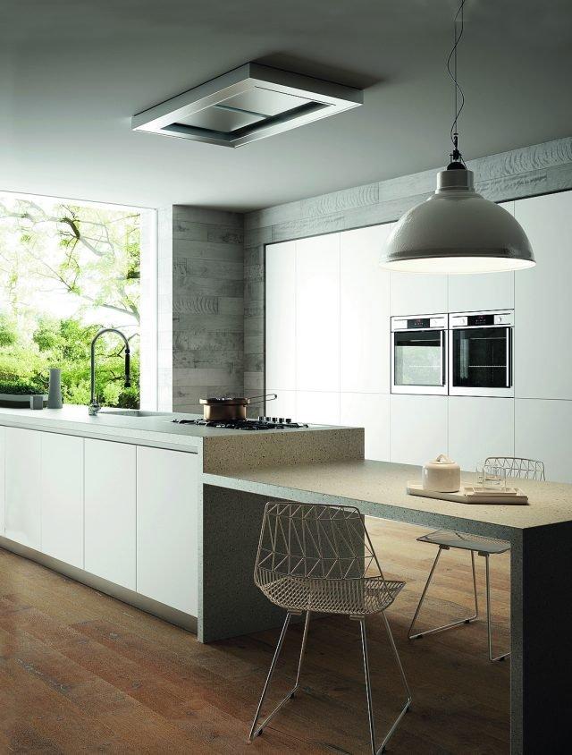 Il piano di lavoro, i fianchi della cucina e il lavello integrato nel top sono realizzati in Hi-Macs di LG Hausys, nella finitura Shadow Queen della collezione Lucia. Materiale Solid Surface, può essere fornito in lastre di diversi spessori, formati e dimensioni.