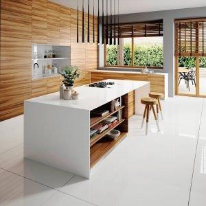 La superficie in quarzo Iconic White Silestone di Cosentino a elevato punto di bianco, vanta basso assorbimento di liquidi e alta resistenza a urti e graffi. Disponibile in 3 diversi spessori. Prezzo da rivenditore.