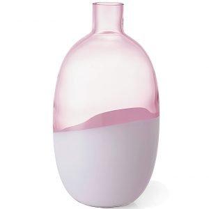 È soffiato a bocca da artigiani esperti, il vaso in vetro metà trasparente e metà opaco, bianco e rosa.  Bicolore, Formlig di Ikea (www.ikea.it) misura Ø 15 x H 27 cm e costa 16,99 euro.