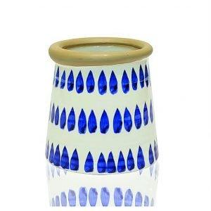 Come suggerisce il nome (Cordoba) ricorda i tradizionali manufatti dell'Andalusia. Ceramica bianca decorata con disegno a gocce blu per il vaso Cordoba di Novità Home (www.novitahome.com). Misura Ø 13 x H 16 cm e costa 38,70 euro.