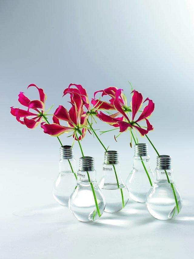 Accendi un fiore Della lampadina ha il nome, Edison, per rendere omaggio al suo creatore, ma anche la linea, con il bulbo in metallo. La base però è appiattita, in modo da poter essere appoggiata facilmente. Edison di Serax (www.serax.com ), per adattarsi a più tipologie di fiori, è disponibile in tre misure (H 11, H 13, H 16 cm). È in vetro e questo crea piacevoli trasparenze e giochi di luce. Costa a partire da 8,75 euro.