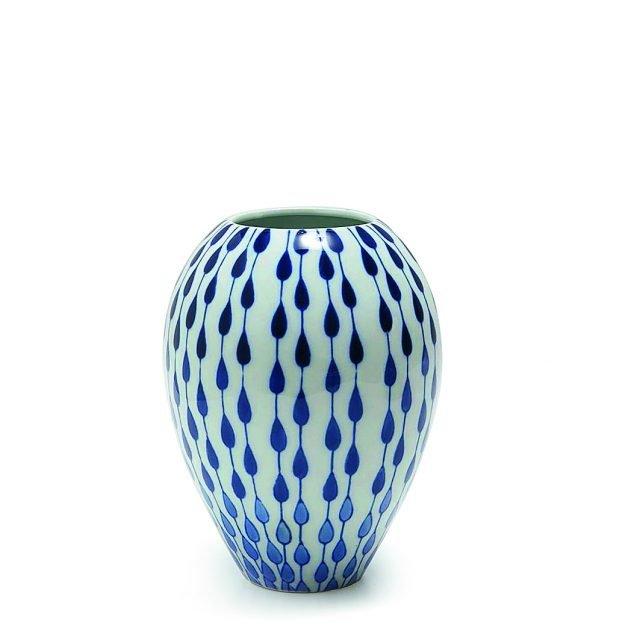 Gres, il massimo della praticità Decorato con gocce blu disposte simmetricamente su tutta la superficie, il vaso Rif. 4288/046 di Zara Home (www.zarahome.com/it/) è in gres, un particolare tipo di ceramica noto per essere molto resistente. Questa caratteristica lo rende adatto a un uso in esterno. Misura Ø 18 x H 23 cm e costa 39,99 euro.