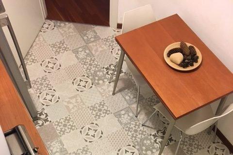 nuovo pavimento sopra le piastrelle