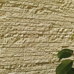 Rivestimento a parete da 30×60 cm effetto mosaico e piastrelle a pavimento da 15×30 cm.