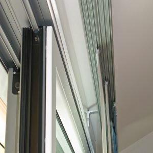 Serramento in legno e alluminio, a taglio termico, con interno laccato bianco, completo di vetrocamera.