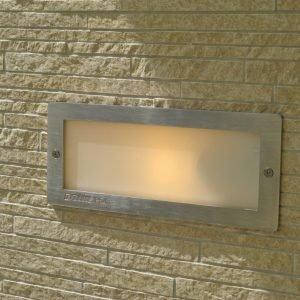 4 luci a incasso nella parete (da L 23,3 x P 7,5 x H 10 cm, la loro dimensione), con finitura silver e cassaforma in tecnopolimero per vano a incasso, comprese le lampadine.