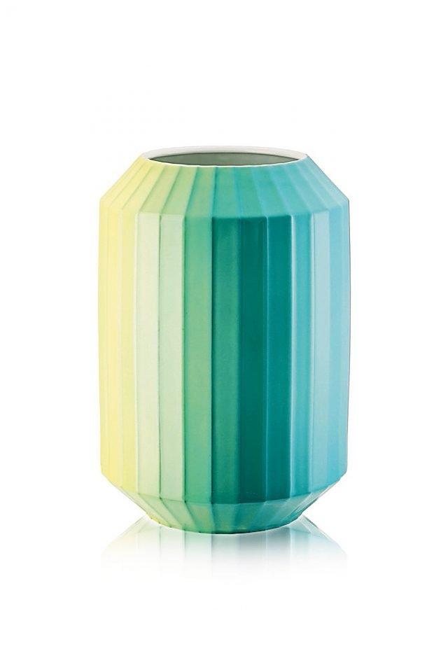 Più tinte accostate che sfumano l'una nell'altra, seguendo le sfaccettature del contenitore. Fa parte della coll. Hot spots di Rosenthal Studio-line (www.rosenthal.de) il vaso in porcellana alto 28 cm. Costa a partire da 194 euro.