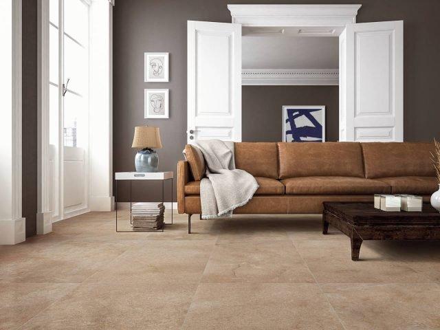 La superficie leggermente strutturata e la grafica ottenuta con stampa digitale fanno del gres porcellanato Sandstone una bella pietra di Gerusalemme, ricca di sfumature nei toni caldi del sabbia, del tortora e del bruno. Adatto per pavimenti e rivestimenti è disponibile nelle misure: 30×60, 60×60 e 60×120 cm (nella foto) e in un'ampia varietà di pattern (13 per il formato 60×120, 15 per il 60×60 cm). Costa a partire da 24,99 euro al mq.