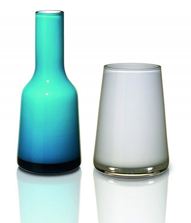 Per i due vasi forme e colori diversi ma identico materiale, il vetro retro laccato. Il vaso bianco è il modello Numa Mini Arctic Breeze e quello azzurro Nek Mini Carribean Sea, entrambi di Villeroy & Boch (www.villeroy-boch.it). Il primo misura H 12 cm e costa 14,90 euro, il secondo è alto 20 cm e costa 19,90 euro.