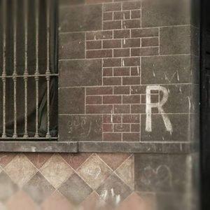 PRIMA DEI LAVORI: Foto della R disegnata sulla facciata. La R bianca risale alla Seconda Guerra Mondiale, comunicava la presenza di un rifugio privato nel quale correre a rifugiarsi in caso di attacco.