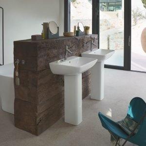 È realizzato in ceramica bianca il lavabo a colonna ME by Starck di Duravit. Misura L 60 x P 46 cm. Prezzo 174 euro, prezzo della colonna in ceramica bianca 154 euro. www.duravit.it