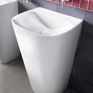 Realizzato in un solo pezzo, il lavabo a colonna Totem della collezione Dea di Ideal Standard è in ceramica bianca. Senza troppopieno, ha copripiletta di scarico in ceramica bianca removibile. Misura L 55 x P 43 x H 87 cm. Prezzo 1.991 euro. www.idealstandard.it