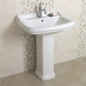 Di gusto classico, il lavabo a colonna monoforo Sensea Roncal di Leroy Merlin è realizzato in ceramica bianca. Misura L 26,2 x P 26 cm. Prezzo del lavabo 75 euro; prezzo della colonna 42 euro. www.leroymerlin.it