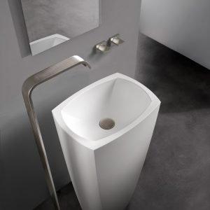 Ha forme geometriche che ricordano un monolite, il lavabo a colonna Tephi di Graff realizzato nel materiale composito di pietra Sleek-Stone® nella finitura Matt. Misura L 45,5 x P 32,8 cm ed è alto 84,5 cm. Prezzo su richiesta. www.graff-faucets.com/it/
