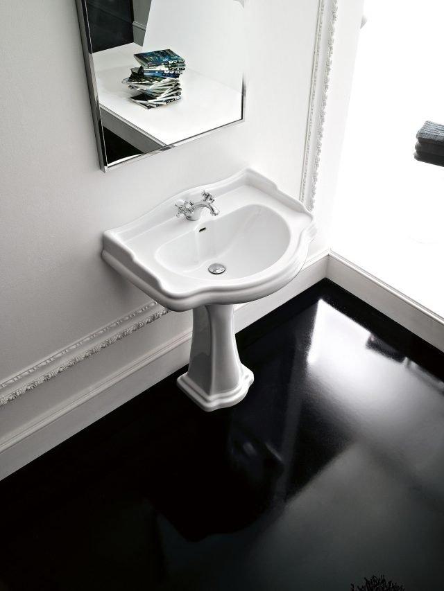 Richiama il fascino della Belle Epoque, il lavabo a colonna Retrò di Kerasan in ceramica bianca, disponibile anche nel colore nero. La colonna è alta 86 cm. Nella misura L 55 x P 46 cm costa 410 euro. www.kerasan.it