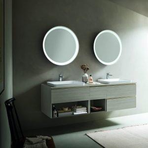 Il mobile bagno Dress di Arblu viene proposto nella variante con il larice corda come protagonista; la composizione comprende un doppio lavabo a incasso sovrapiano; i vassoi in metallo dei vani a giorno sono in tono con la finitura lignea e altrettanto la laccatura degli specchi Moon. www.arblu.it