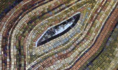 Botanic Tale, di Mosaico+, è una collezione di mosaici composti da tessere di 10x10 mm in cui gli smalti e i vetri, con diversi livelli di iridescenza e trasparenza, compongono motivi decorativi ispirati ai giardini botanici immaginari. www.mosaicopiu.it