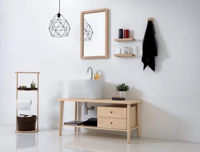 Tino di Colavene è un sistema flessibile per il bagno, composto da un lavabo-lavatoio in ceramica e una struttura in frassino naturale, con piano e cassettiera (120x50 cm). Fra gli accessori, anche Servetto, un portaoggetti multifunzione e una colonna freestanding in legno massello. www.colavene.it