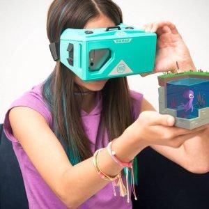 MERGE VR/AI GOGGLES di Merge sono i nuovi occhiali che permettono all'utente di vivere un'esperienza di realtà virtuale. Compatibili con tutti gli smartphone Android e iOS e compatibili con tutte le applicazioni di realtà virtuale e video 360 disponibili su App Store e Google Play. Prezzo 59,99 dollari. www.mergevr.com