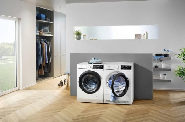 La nuova lavatrice PerfectCare 800 EW8F294S di Electrolux presenta l'UltraCareSystem che distribuisce in modo uniforme l'ammorbidente, due volte più efficacemente rispetto ad una lavatrice tradizionale. Inoltre, la modalità SteamCareSystem rinfresca i tessuti ed elimina le pieghe grazie all'azione del vapore. Grazie alla funzionalità SensiCareSystem la lavatrice garantisce l'auto-riduzione dei consumi in base al carico. Classe energetica A+++. Capacità 9 kg. Centrifuga 1400 giri/min. Motore Inverter a magneti permanenti garantito 10 anni. Display Grande LCD con interfaccia TouchControle manopola bidirezionale. Programmazione partenza fino a 20 ore. Oblò silver XXL con apertura Pull2Opene reversibile su 4 posizioni. Prezzo 797 euro. www.electrolux.it