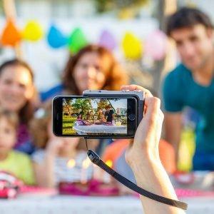 Pictar è l'innovativa grip per iPhone che trasforma lo smartphone in una DSLR (Digital Single-Lens Reflex). Pictar permette di ritrovare la comodità dei comandi attraverso ghiere e pulsanti, posizionati proprio dove ci si aspetta di trovarli in una fotocamera reflex. Inoltre permette di gestire funzionalità e regolazioni che sono di difficile utilizzo con l'APP nativa di iPhone. Pictar presenta un'impugnatura ergonomica comoda per scattare con una mano sola. Controllo esterno sulle principali funzioni della fotocamera iPhone: zoom tramite ghiera; passaggio a scatto selfie con una sola pressione della ghiera; controllo dell'esposizione e tante altre funzionalità. Il modello Pictar One è compatibile con i modelli iPhone 4s, 5, 5c, 5s, 6, 6s, SE, 7 ed è disponibile al prezzo di 109 euro. www.pictar.it