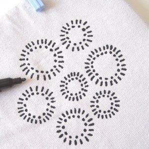 Iniziate a disegnare sulla stoffa fino a ricoprire tutta la superficie del lato.