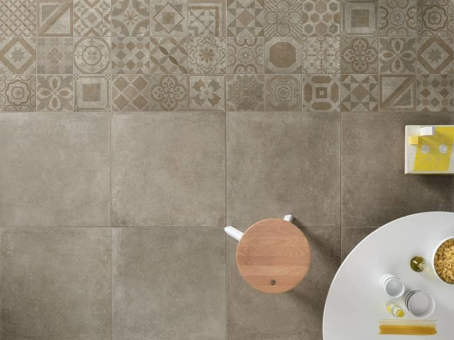 La collezione Downtown di Polis Ceramiche è ispirata alle superfici cementizie. Loop 60×60 + Cementine 20×20. Il pavimento è arricchito con spunti decorativi, grafici e materici effetto maiolica, cementina o decorazione a tappeto. www.polis.it