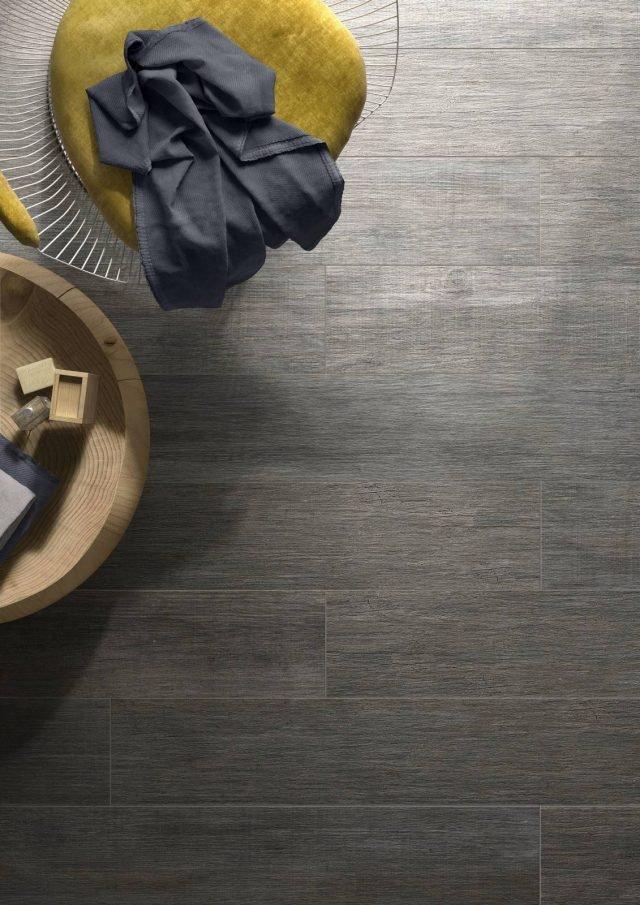 Woodmix di Vitra comprende una serie di piastrelle in ceramica in grado di riprodurre i tempi della natura, fra cui la texture del parquet, particolarmente realistico grazie all'effetto simile al legno opaco. In particolare la versione bianco latte interpreta il trend del legno chiaro scandinavo. Il formato base è di 20/30 cm x 120 cm. www.vitrabagno.it