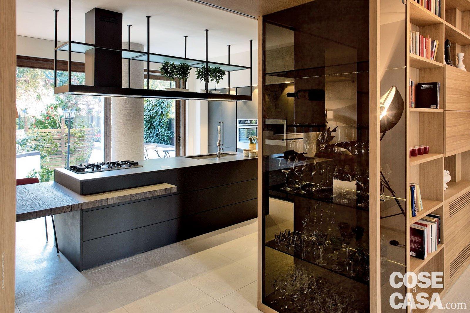 Rustico moderno: una casa con un mobile che divide cucina e ...