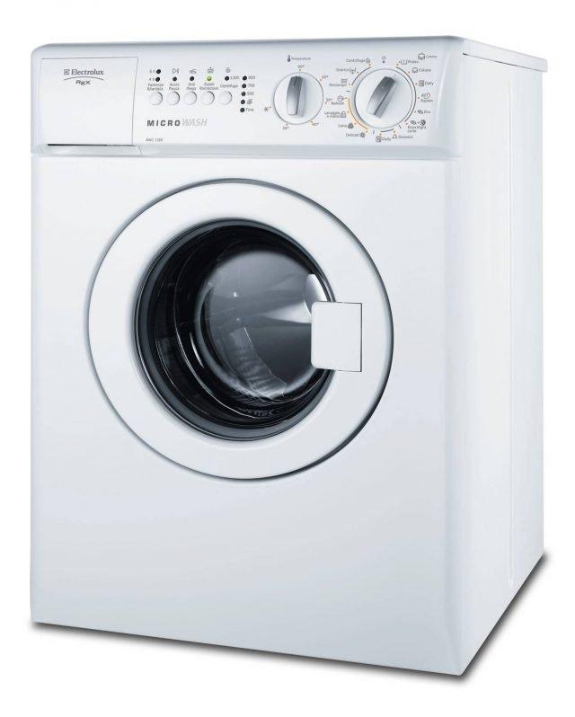 Super compatta, la lavatrice RWC 1350 Microwash di Electrolux con capacità di 3 kg, consente di posticipare la partenza di 4/6 ore e è dotata di programma per i capi lavabili solo a mano. In classe A, ha centrifuga di 1.300 giri al minuto. Misura L 50xP52xH67 cm. Prezzo 567 euro. www.electrolux.it
