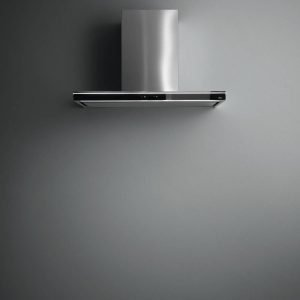 Ha funzionamento impercettibile perché emette solo 53 decibel di rumore la cappa Lumina NRS® di Falmec in acciaio inox e vetro temperato, con comandi touch, aspirazione perimetrale e luci al neon per illuminare perfettamente il piano cottura. È larga 90 cm. Prezzo 1.507 euro. www.falmec.com